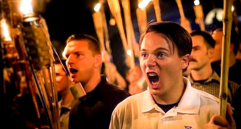 今回のバージニア州での白人至上主義者の暴動で、それに対抗する反対派は彼らがデモ進行する多くの顔写真を撮りまくり、それを基に、それぞれの参加者の身元や勤務先を突き止めて、会社に連絡して彼らを失業させる戦略を取り始めている。 https://t.co/2gdQCGW5SE