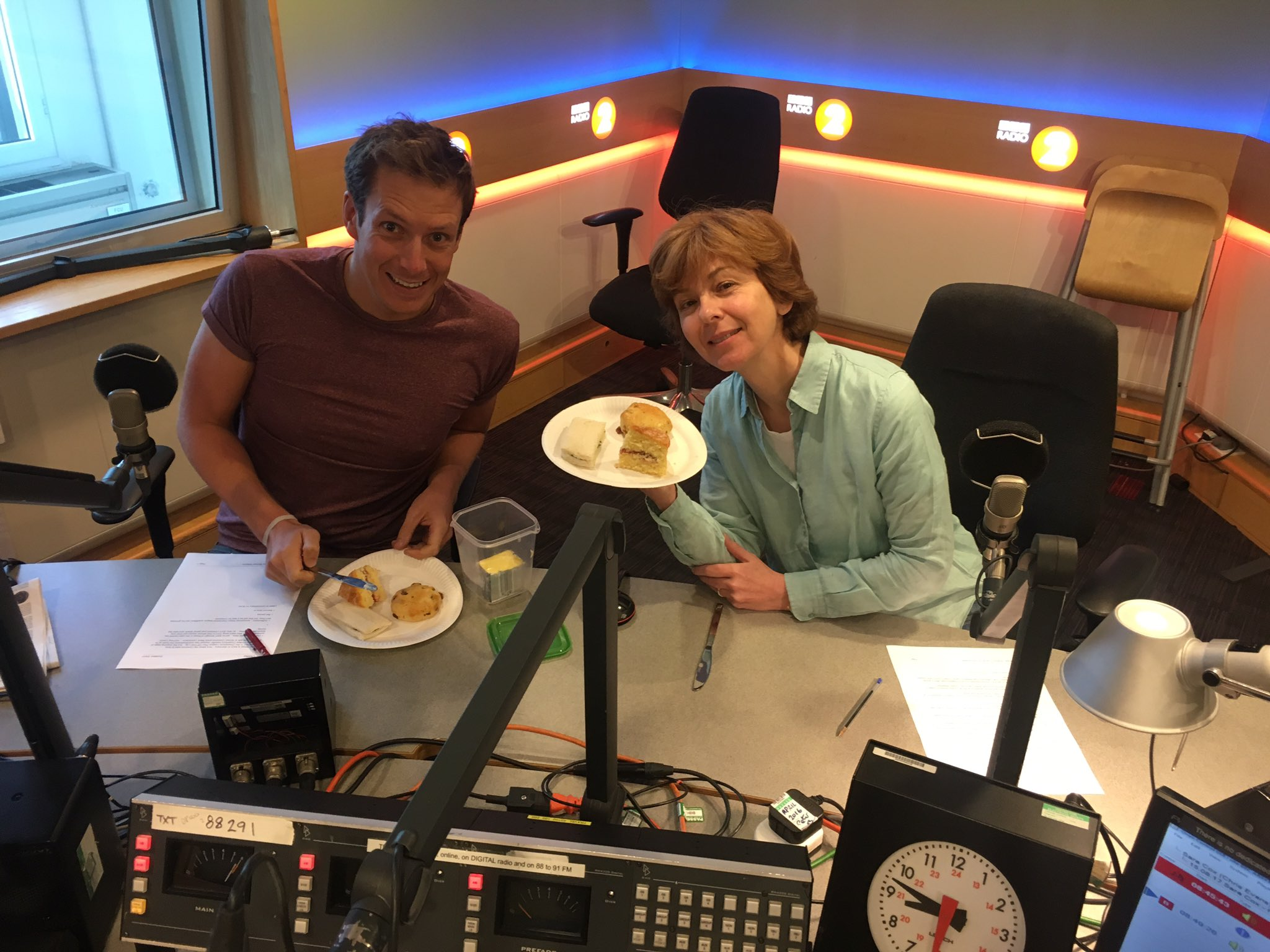 Ever so ever so here @BBCRadio2 Here's @mikewills_sport & @RealLynnBowles enjoying an afternoon at err.. 8.48am https://t.co/RacMSiREzi