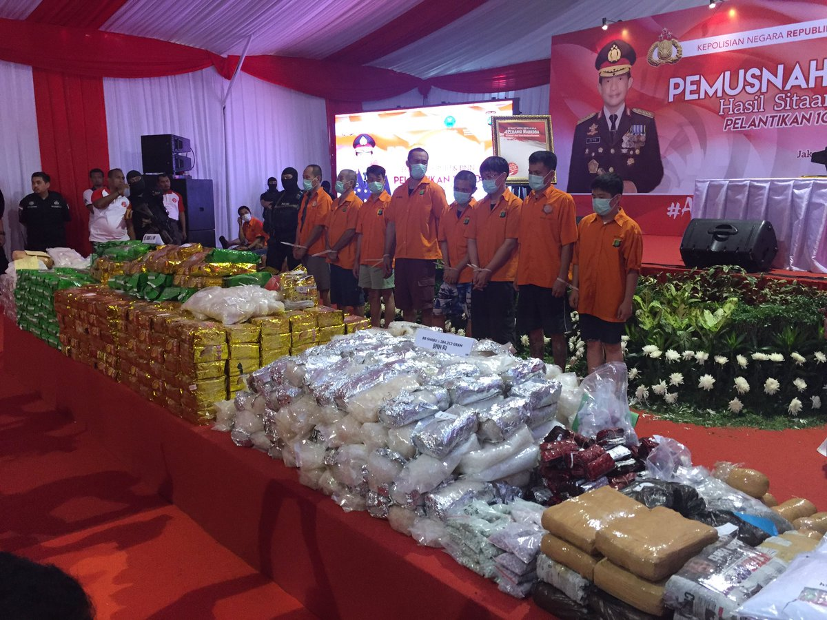 Politie en anti drugsbureau houden een ceremonie om de recordvangst drugs van laatst te vernietigen verdachten moeten toekijken bij n testpic twitter com