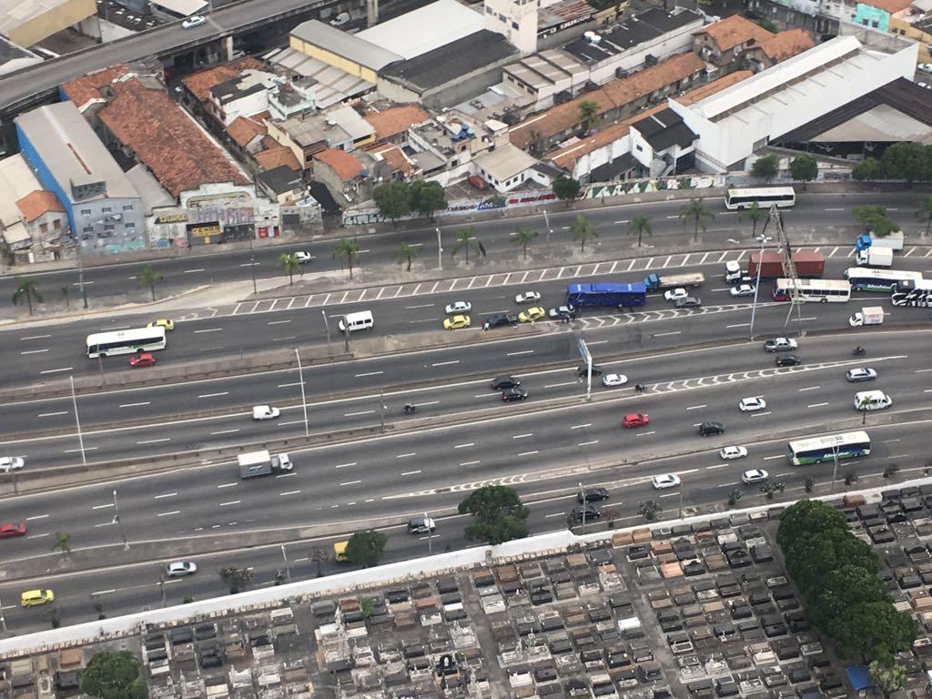 Avenida Brasil tem lentidão devido a dois acidentes, no sentido Centro. Um em Manguinhos e outro no Caju. 📸 @luizagramos #RioDeCima