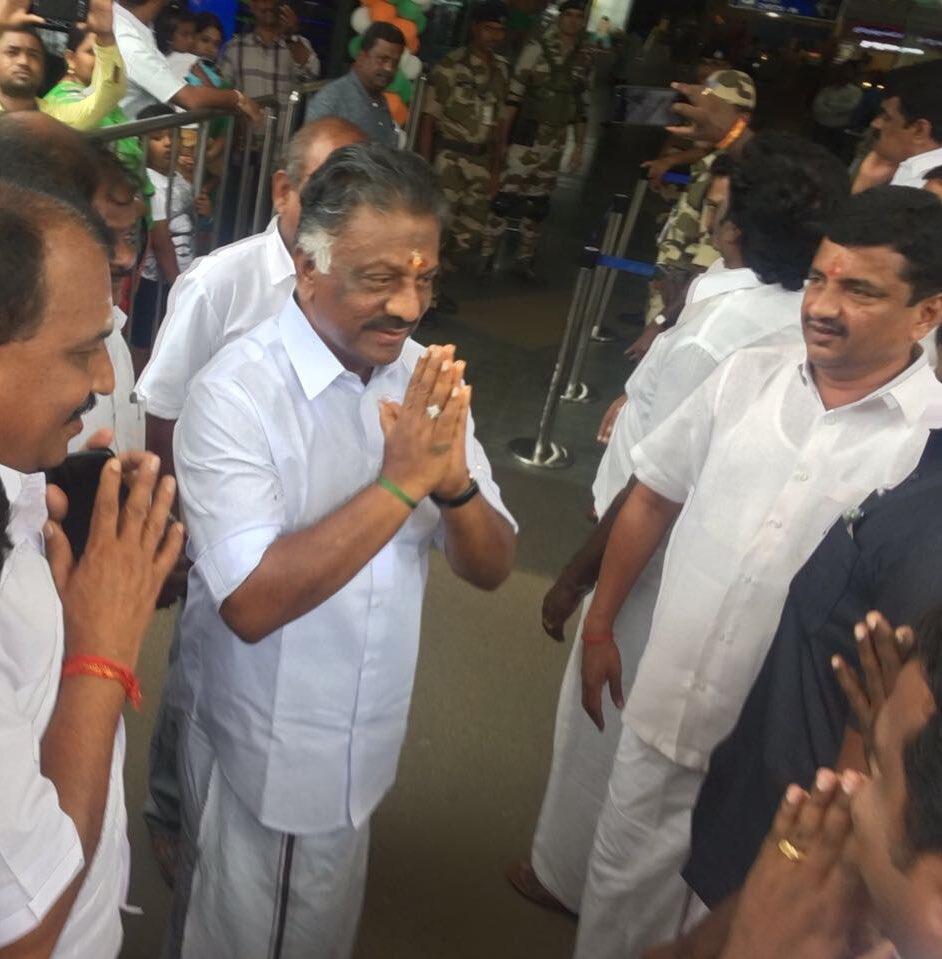 Thiru #OPS leaves to Chennai after the prayer from Guruvayur. <br>http://pic.twitter.com/SLUH6zC6Fm