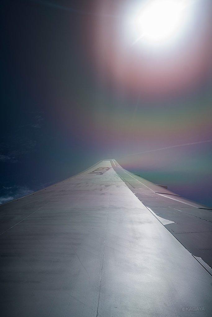 虹色の翼。太陽の光環と翼でできた彩雲。(先月沖縄上空にて撮影)今日もお疲れさまでした。明日も穏やかな1日になりますように。 pic.twitter.com/z7JKN6jq3Q