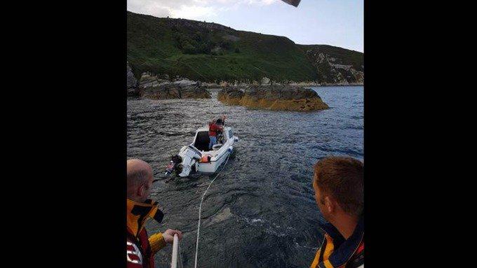 RNLI IoM rescue boat headed towards rocks  https://t.co/0cOTQm4ovW