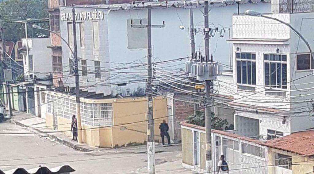 Aqui no RJ é tão loko que a mesma esquina é vigiada pela PM e pelo traficante!