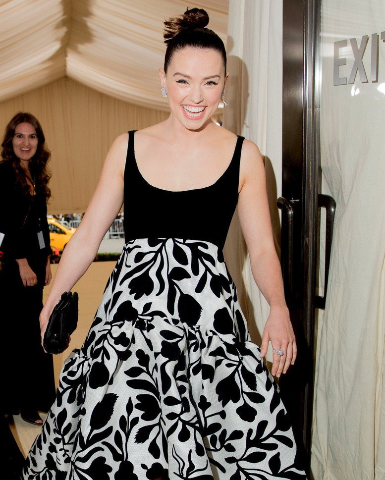Look how happy she is  #DaisyRidley #MetGala  https://www. instagram.com/p/BX0pPfKl6I9/ ?taken-by=daisyridreynews &nbsp; … <br>http://pic.twitter.com/KiVjeOcSWK