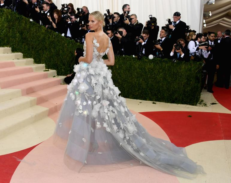 How the #MetGala solidified technology's presence on the red carpet:  http:// electricrunway.com/fashion-tech-m et-gala/ &nbsp; …  #FashionTech<br>http://pic.twitter.com/urZXlKUA6G