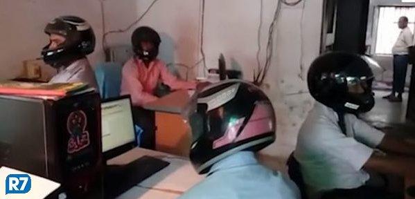 Escritório na Índia obriga funcionários a trabalhar com capacetes https://t.co/6rm4bLeTG3
