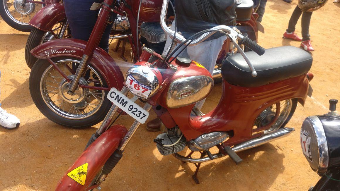 The Jawa Jet Step-Thru was quite a nimble and versatile bike in it&#39;s days. #Jawa #YJOCI<br>http://pic.twitter.com/4iECxAsajg