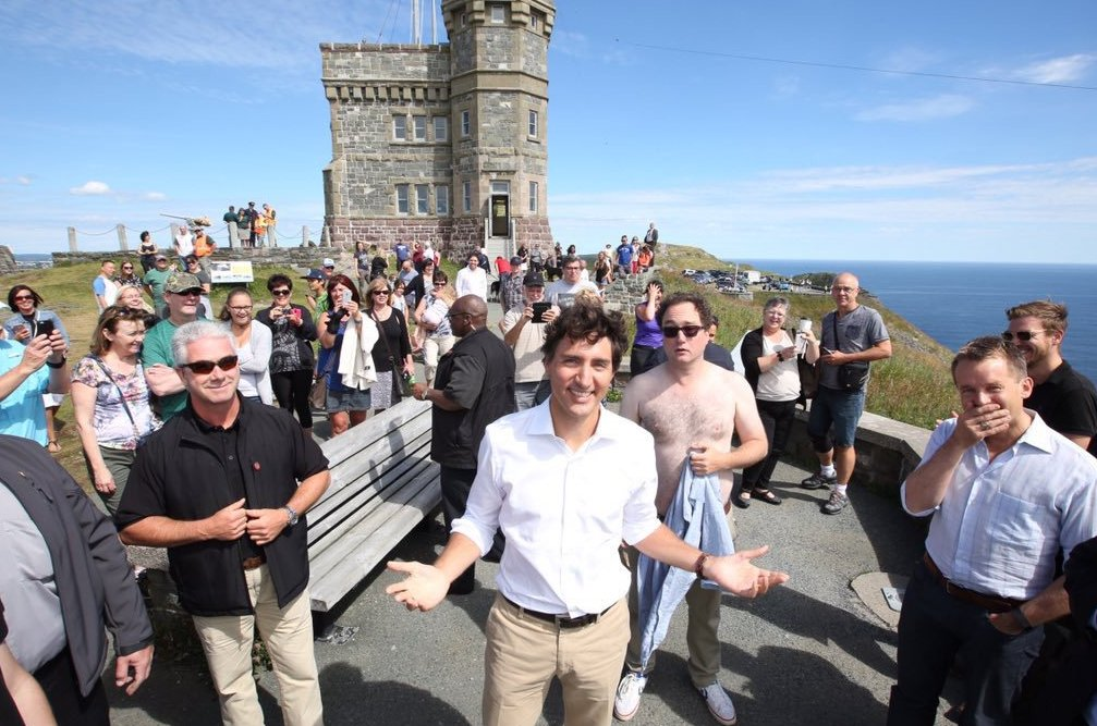 One year ago today, a shirtless Mark Critch photobombed Justin Trudeau. Check out Seamus O'Regan's response.  https://t.co/t7sueXWn01