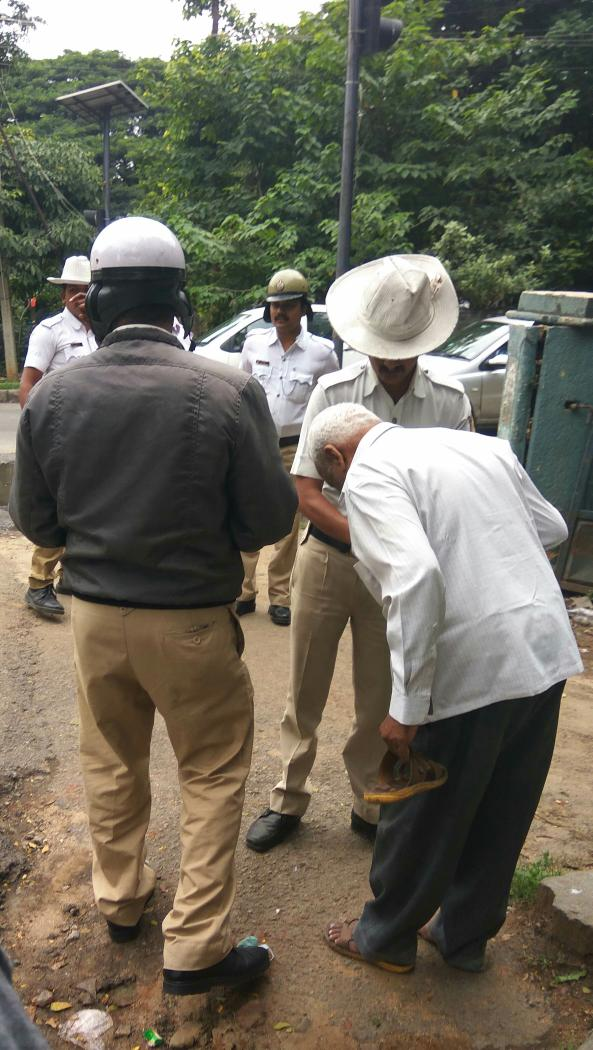 Clicked on Sunday afternoon.Bunch of cops helping an old man. @BlrCityPolice @blrcitytraffic #respecttheact #share <br>http://pic.twitter.com/ElGTA67vG3