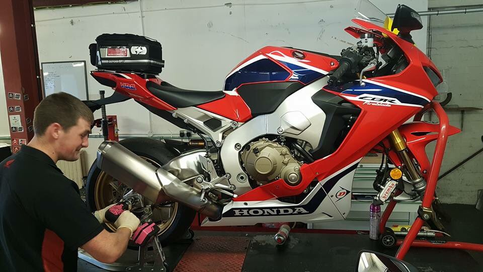 IOM Honda busy fitting new rubber @DunlopLive to the Fireblades @HondaUKBikes. Countdown to Classic TT and MGP <br>http://pic.twitter.com/IXDPGi3Y7A