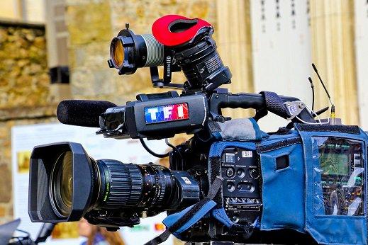 """Une journaliste de TF1 se rend devant la villa des Macron, elle est menacée de garde à vue pour """"harcèlement"""" >> https://t.co/lGMW2owqHR"""