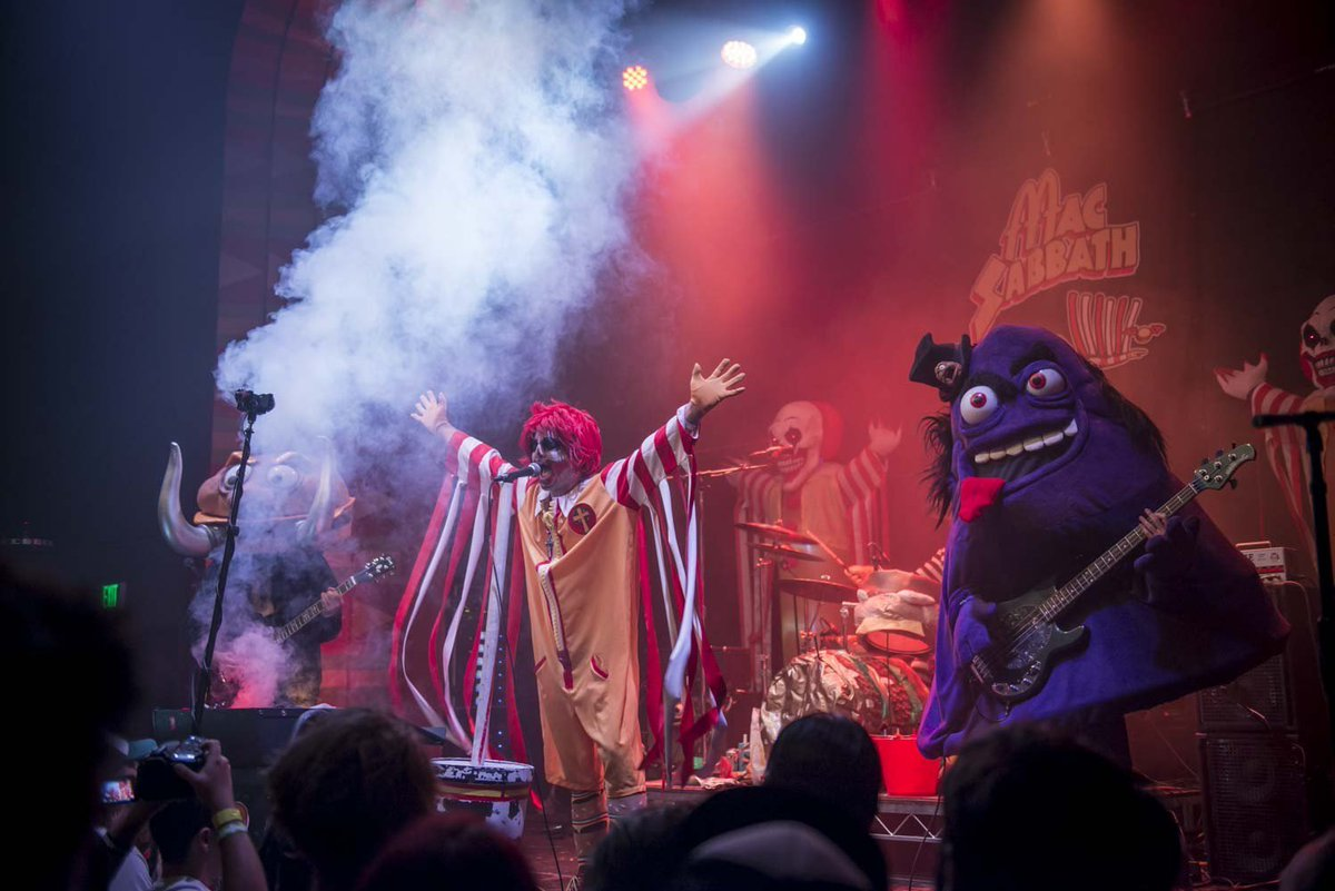 Mac Sabbath&#39;s &quot;Drive-Thru Metal&quot; Is #Now Coming at You in 360-Degree VR  http://www. laweekly.com/music/watch-ma c-sabbath-perform-sweet-beef-in-sweet-360-vr-video-8534148 &nbsp; …  via @laweekly #happening #LA<br>http://pic.twitter.com/SkbICvnR5l