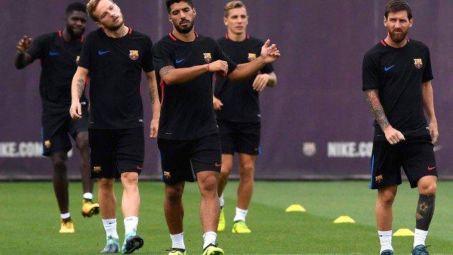 Jornal revela racha entre os jogadores e a diretoria no Barcelona. https://t.co/6JojdwUmDr