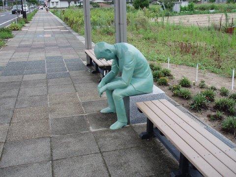 バス停になんか人生に疲れたサラリーマンみたいな銅像があるなぁと思っていたら毛利のおっちゃんだった……。