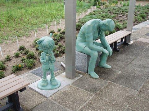 あれれ~おかしいぞ~?バス停に疲れたおじさんの銅像があると思ったらあの名探偵!
