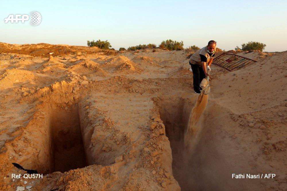 En Tunisie, un homme donne une sépulture aux migrants morts en mer https://t.co/R7Z13Pv2FW par @LarbiKaouther #AFP