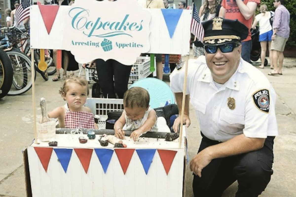 When He&#39;s Not Booking Criminals, He&#39;s Baking Cupcakes. How This Police Chief Turned a Hobby Into a…  http:// bit.ly/2i5ONAt  &nbsp;   [#startup #tips] <br>http://pic.twitter.com/0zDKFQYAYa