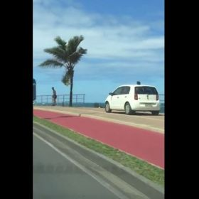 Vídeo mostra carro trafegando em calçada na orla; infração é considerada gravíssima https://t.co/ljIZooXx7V