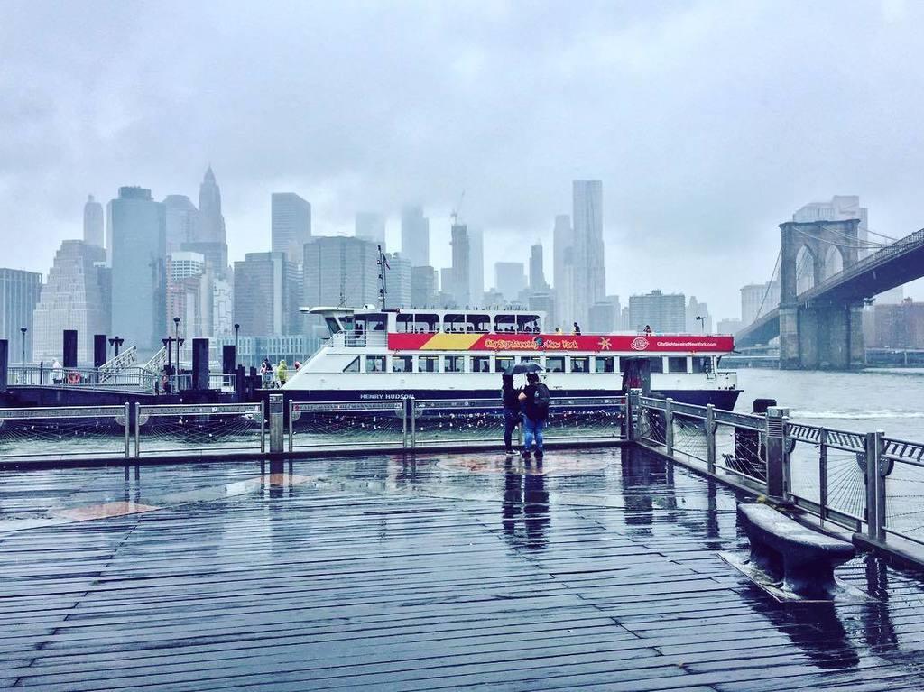 Red striped boat within a sad grey day #Manhattan #BrooklynBridge #15août #Aug15 #NY  http:// ift.tt/2fLpHWv  &nbsp;  <br>http://pic.twitter.com/mb05y8GQrS