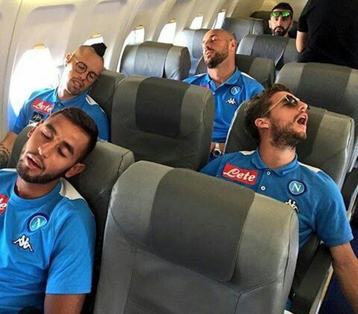 La défense napolitaine semble sereine pour le moment. #NapoliOGCN http...