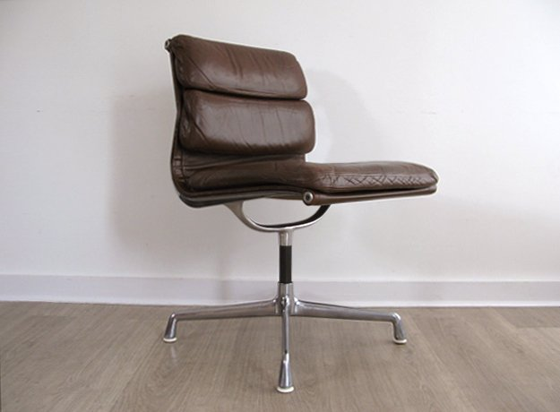 An early leather &#39;softpad&#39; @EamesOffice chair by Charles Eames for Herman Miller #interiors #interiordesign #eames #midcentury #madmen<br>http://pic.twitter.com/52EzcSbKQZ