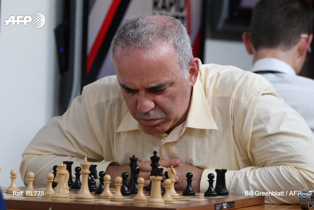 'Kasparovmania' dans les rues de Saint-Louis https://t.co/vXiTOoBTE1 reportage de @abdulshaz #AFP