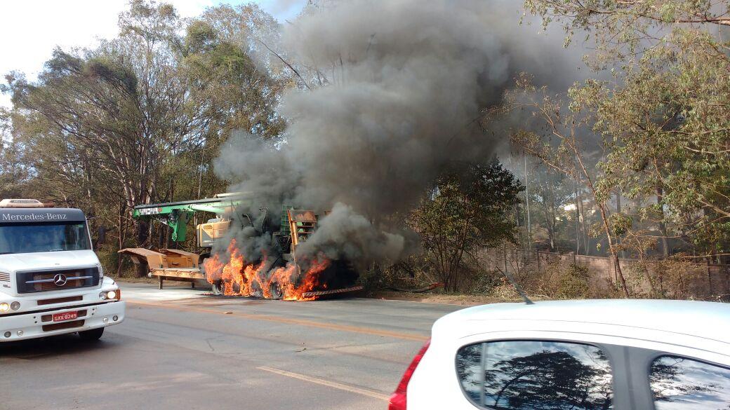 Carreta pega fogo e fecha duas pistas da BR-040 em Nova Lima https://t.co/gjZBRn5Weh