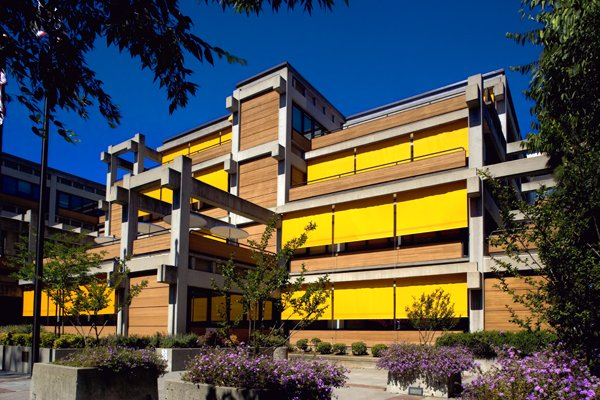 The #GregoryBateson Building in #California uses exterior shades to minimize #heatgain. {Photo: Ed Asmus}<br>http://pic.twitter.com/3k48aZk0A9