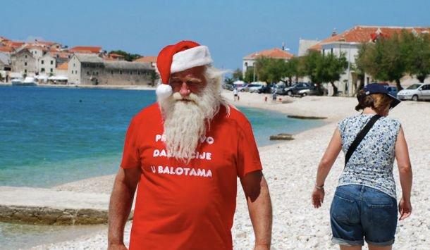 Papá Noel, completamente senil, reparte regalos en pleno agosto https:...