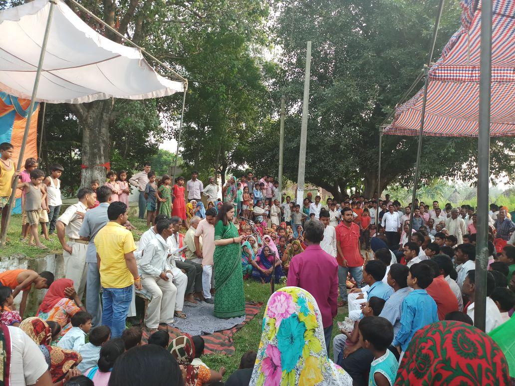 गाँव मवाई, बहेड़ी में सार्वजानिक बैठक के दौरान जनता को मंत्रालय की परि...