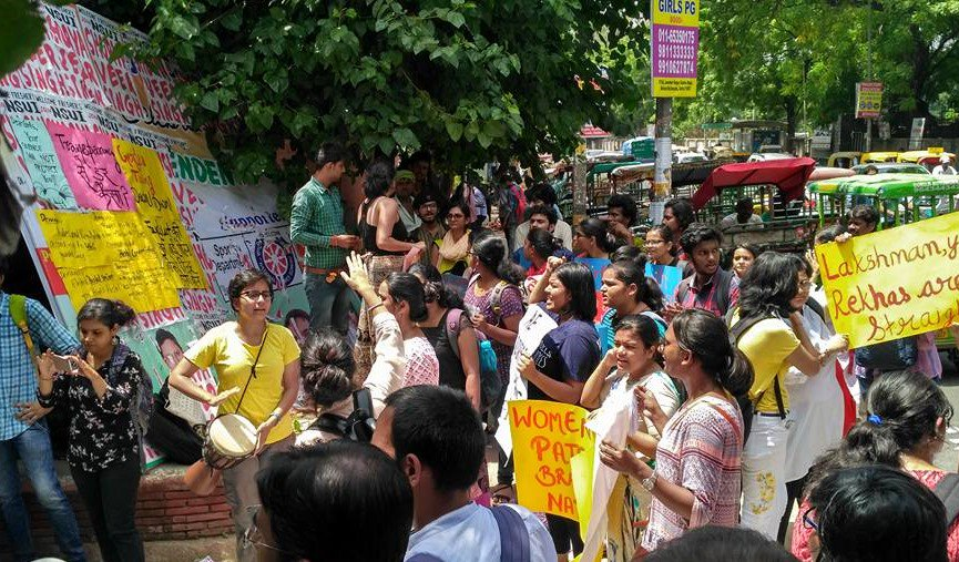 #DU : #HinduCollege students have taken their battle to the #HighCourt. Students protesting over girls&#39; hostel high fees n biased rules<br>http://pic.twitter.com/SZXtxdKTjr
