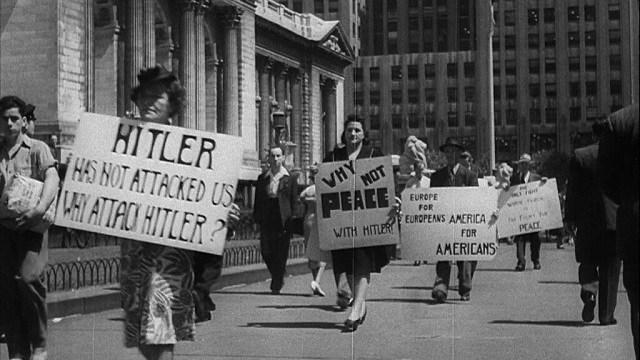 Protesto do movimento socialista democrata americano em 1941, em Nova York, pedindo que os EUA estabelecesse paz com o nazismo.