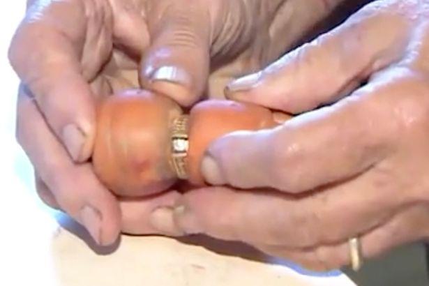 【畑の奇跡】 84歳のマリーさんは13年前に農作業をしていて大切な婚約指輪を紛失。 ところが先日、収穫したニンジンがマリーさんの婚約指輪をはめていて見事カムバック!!! @カナダ
