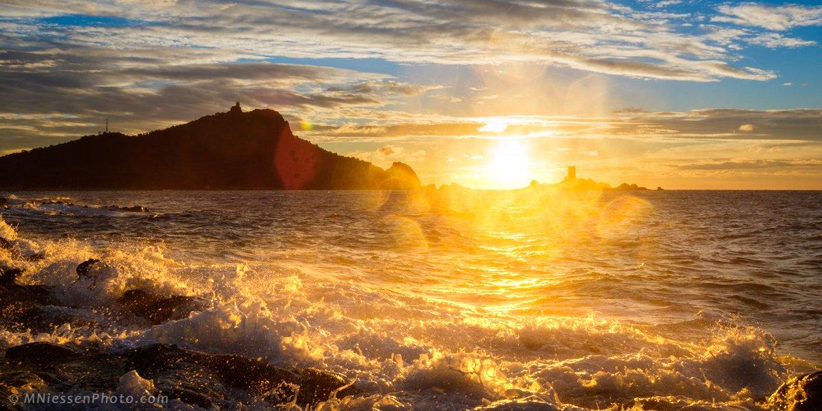 Sunrise in Le Dramont, #StRaphael, on the #FrenchRiviera ___________ #travel #CotedAzurNow #Mediterranean #sunrise #sea <br>http://pic.twitter.com/jI9YD8aOyT