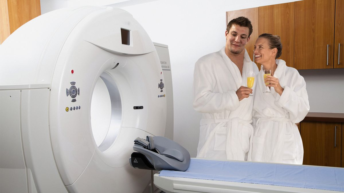 Girlfriend Surprises Rob Gronkowski With Relaxing Couple's CAT Scan trib.al/p99CNMB