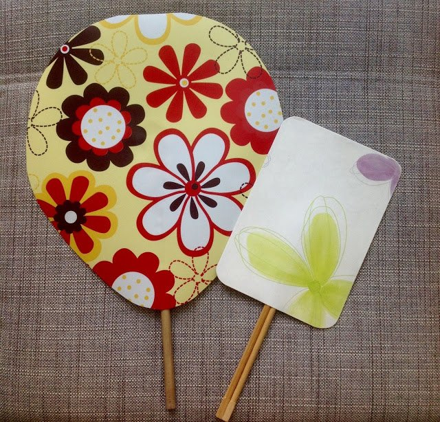 #DIY hand fans made from old table mats, old wooden spoon &amp; used disposable chopsticks   http:// bit.ly/2fOi2H8  &nbsp;    #sustainability #staycool<br>http://pic.twitter.com/knytmQjigH