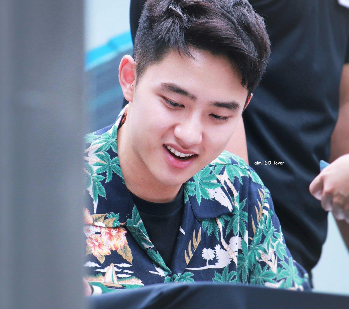 170813 [HQ] D.O. EXO public fan signs  Heart shape lips 💋💓  #EXO #KOKOBOP #KYUNGSOO #ดีโอ #คยองซู #경수 #디오 #신촌펜싸