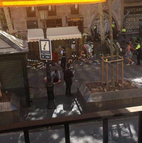 RT @PableoMenta: Atropello masivo en la rambla de Barcelona https://t.co/rUcYaNhcaE