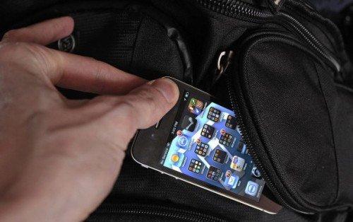 Celular é maior alvo de roubos no centro de SP. De acordo com dados, os furtos e roubos cresceram 16% na região central.