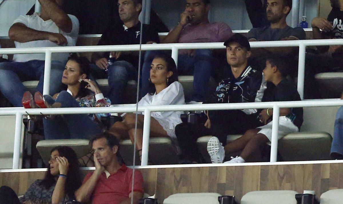Cristiano Ronaldo, así disfrutó del clásico junto a su pareja: ►https:...