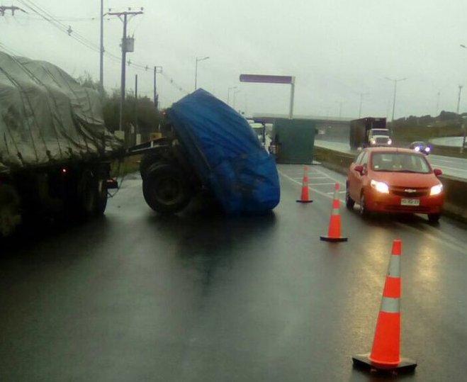 RT @tteinforma_X #Ruta5: carga camión volcada sector salida Peaje Lateral #Trapén sentido sur - norte. Una pista habilitada, precaución #PuertoMontt #Pargua