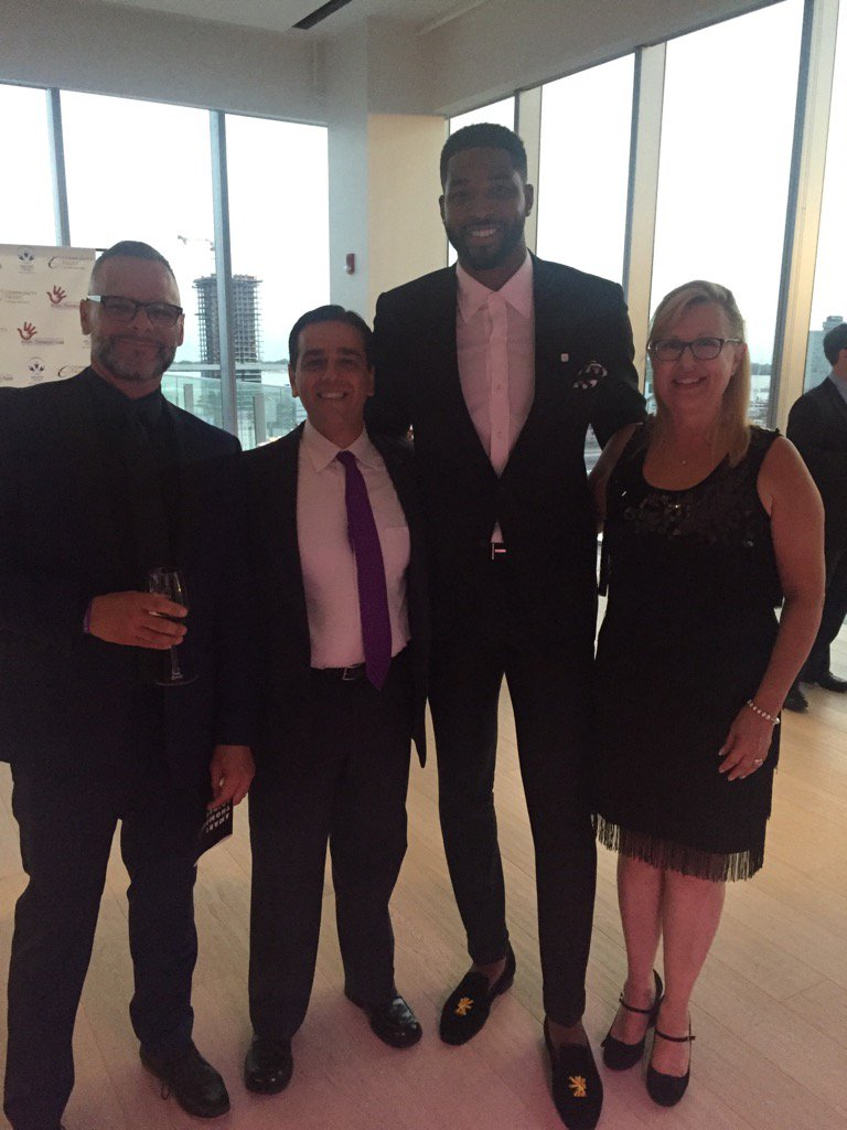 I feel #short next to @RealTristan13. Thx for supporting #epilepsy @epilepsytoronto<br>http://pic.twitter.com/i8CDw9thfh