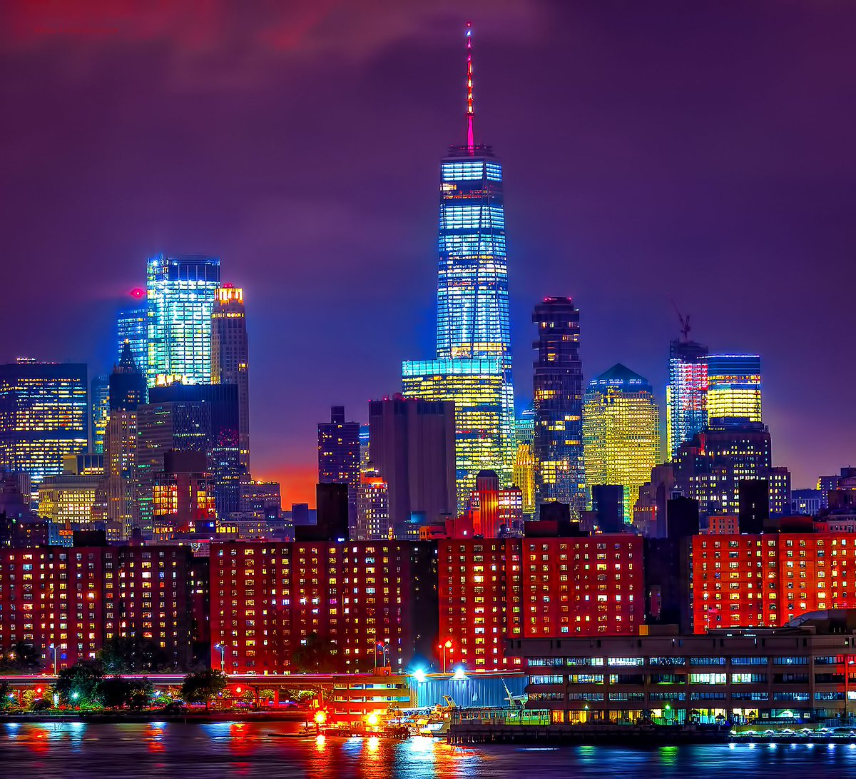 World Trade Center shines in Spanish flag colors as a sign of solidarity and to mourn those lost in #Barcelona. #NYC #NewYork <br>http://pic.twitter.com/sfIrtc1OKS