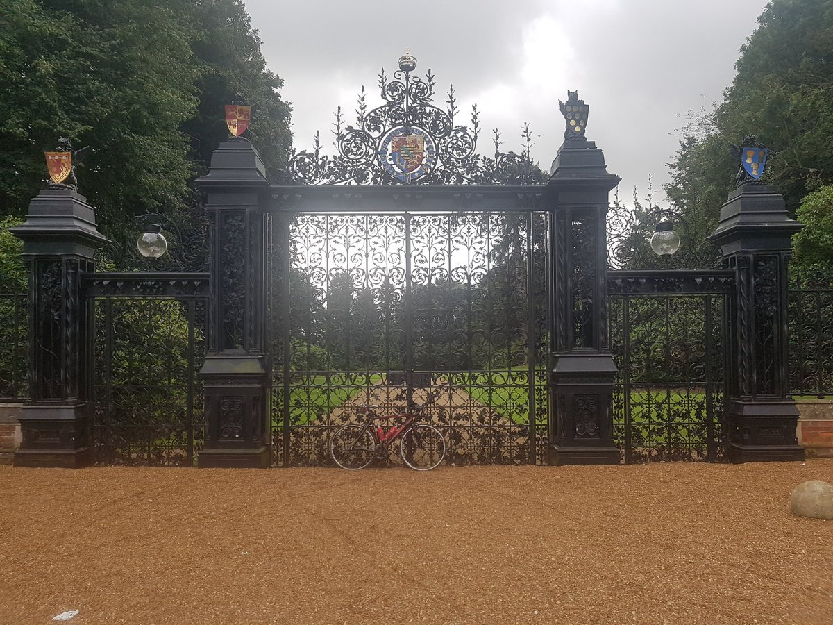 Can&#39;t find the door bell #sandringham #Norfolk #cycling #roadbike #fitness #FitnessFriday #TheQueen #thequeengates #getout #dayout #bike<br>http://pic.twitter.com/uhZhXXnwos