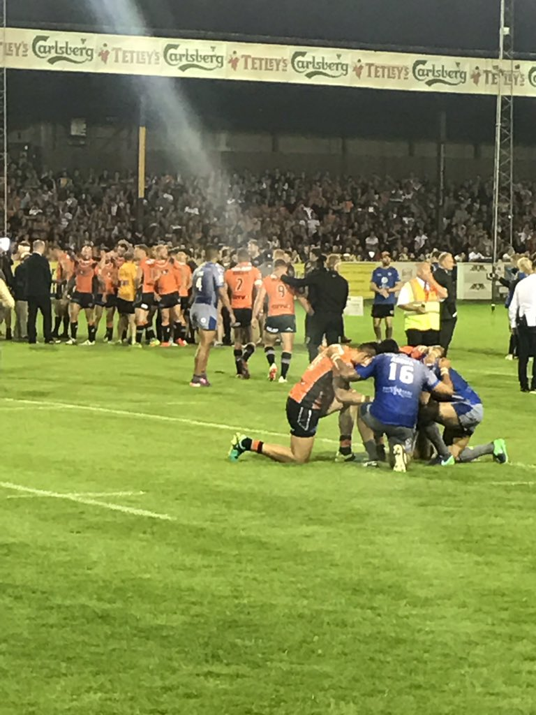 To me this photo sums up the big difference between Rugby League &amp; Football players. #humble #respectful and #thankful for what they have.<br>http://pic.twitter.com/ei3jNmClfc