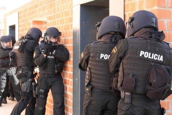 الشرطة الإسبانية تقتل 5 إرهابيين.. بعضهم يرتدي أحزمة ناسفة : https://t...