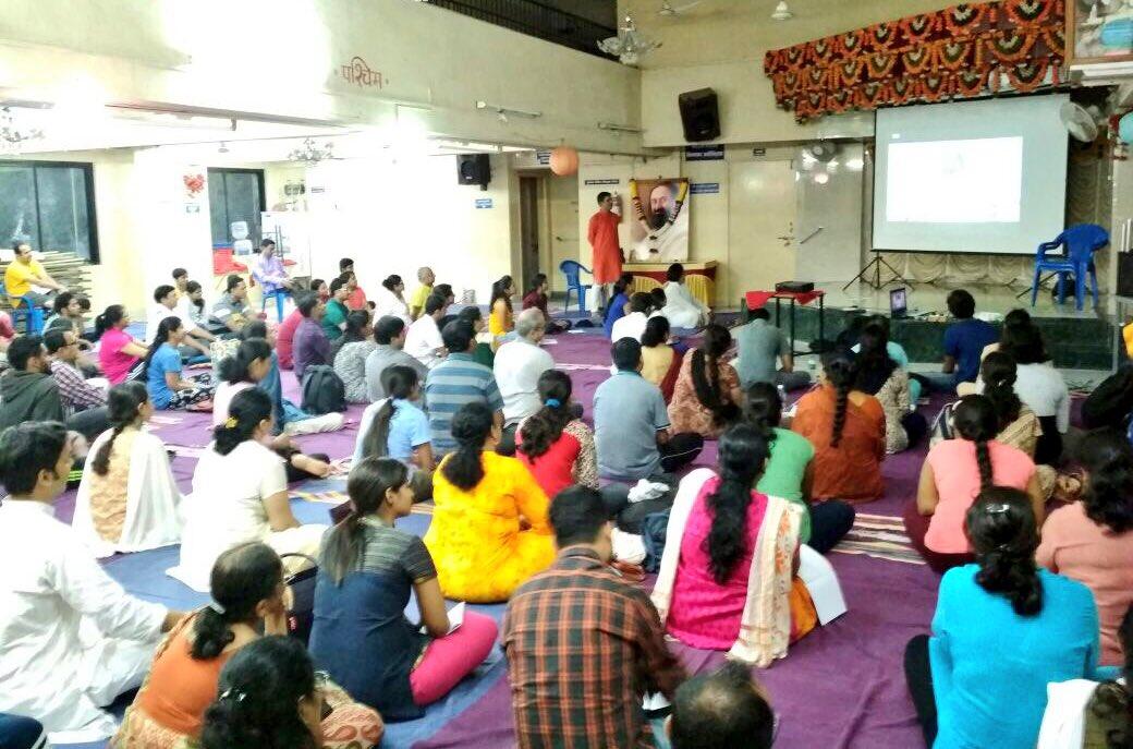 #Maharashtra joins #HappinessWithGurudev @SriSri @ArtofLiving<br>http://pic.twitter.com/jUX73fIMFV