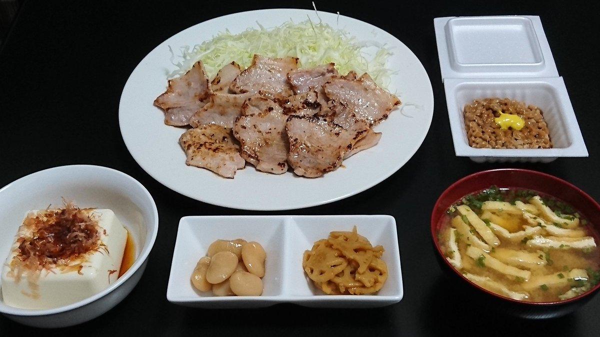 今日の晩ご飯なのニャン🎵  焼肉、冷奴、白花豆、れんこんきんぴら、サラダ、納豆、味噌汁  ※今日も美味しく頂いたのニャン🎵   #晩ご飯  #dinner
