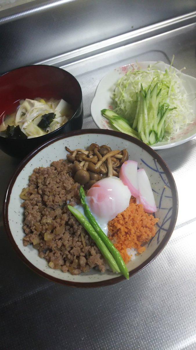お疲れ様😌💓夕飯、豚ひき肉炒め、占地炒め、鮭フレーク、温泉卵、豆腐の味噌汁でサラダです(*^ー^)ノ♪